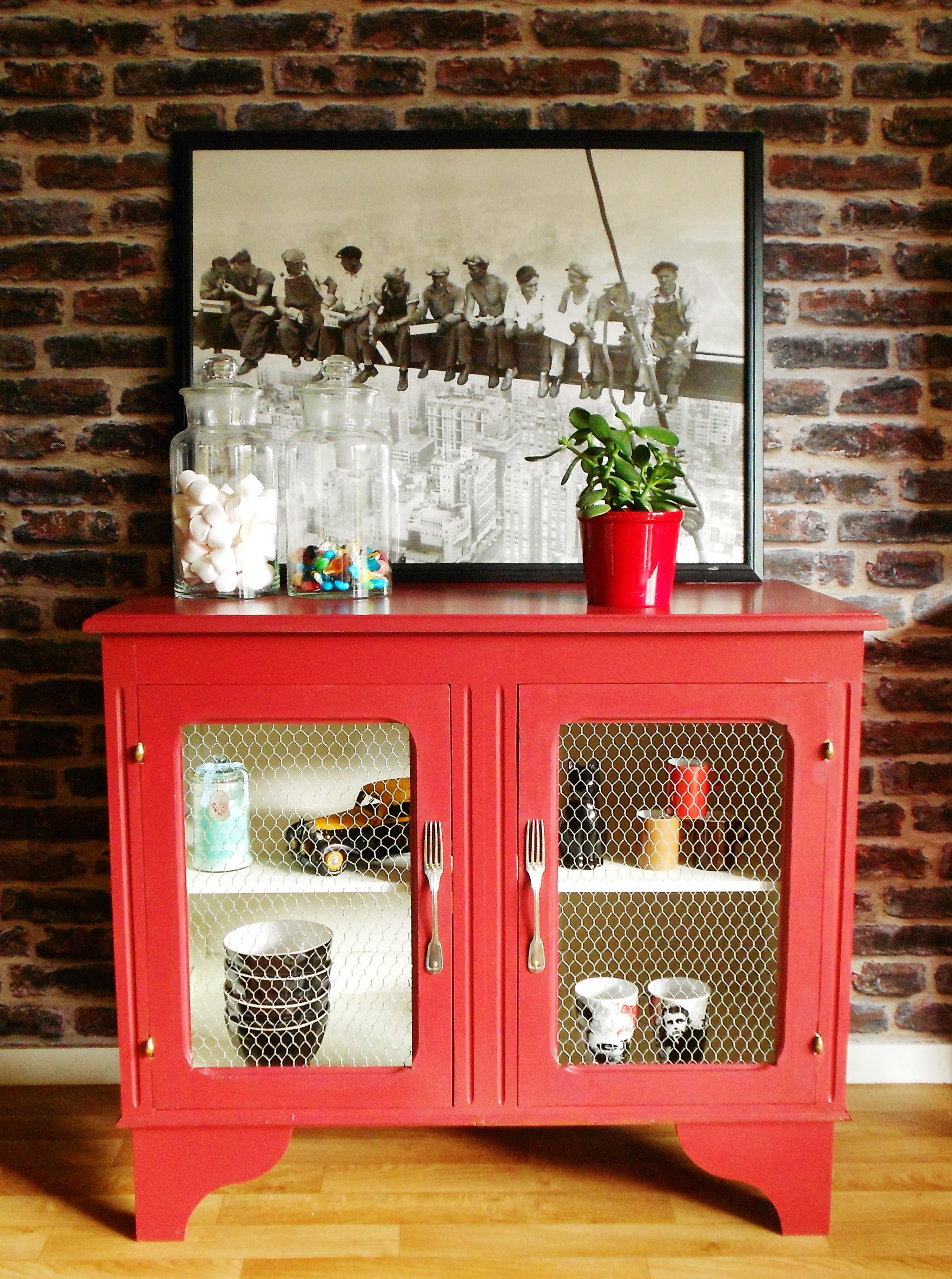 Meuble bahut rouge créé à partir de deux anciens caissons de cuisine. L'intérieur a été vidé puis remplacé par du grillage d'enclos et les poignées sont de vieilles fourchettes en argent