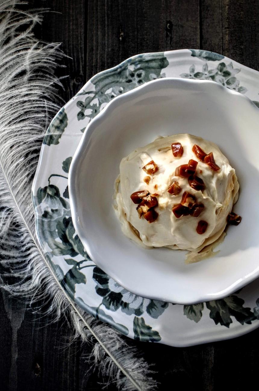 Merveilleux au caramel beurre salé décoré de petits morceaux de caramel